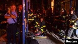 Сотрудники противопожарной службы Нью-Йорка на месте взрыва. Манхэттен, Нью-Йорк. 17 сентября 2016 г.