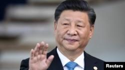 2019年11月14日,中国国家主席习近平在巴西的巴西利亚参加金砖国家峰会前向媒体致意。