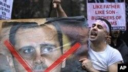 영국 런던 주재 시리아 대사관 앞에서 X표가 쓰인 바샤르 알 아사드 시리아 대통령의 대형 사진을 들고 시리아군의 유혈 진압을 비난하며 구호를 외치는 한 남성.