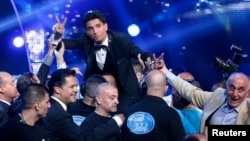 "Penyanyi Palestina Mohammed Assaf setelah memenangkan final musim kedua ""Arab Idol"" di daerah Zouk Mosbeh, sebelah utara Beirut (22/6). (Reuters/Mohammed Azakir)"