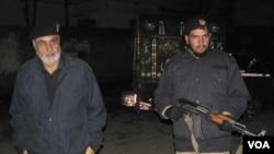 Fuerzas de seguridad paquistaníes acordonan el lugar para destruir la residencia.