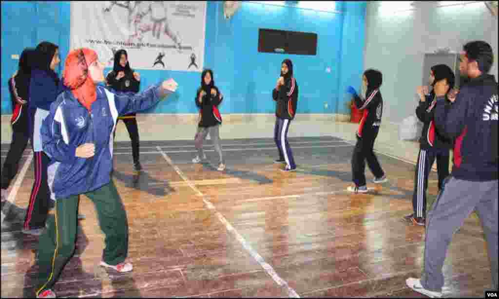 کراچی میں لیاری سمیت مختلف علاقوں سے لڑکیاں باکسنگ کیمپ میں حصہ لے رہی ہیں