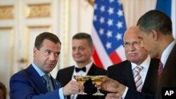 2010年4月8号,美国总统奥巴马(右1)、捷克共和国总统克劳斯(右2)和俄罗斯总统梅德韦杰夫(左1)在布拉格共进午餐。