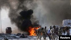 Wanajeshi wa Somalia wakiwaondowa walojeruhiwa katika shambulio baya la Mogadishu, Oct 14, 2017