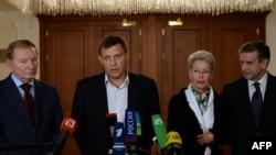 5일 벨로루시 공화국 민스크에서 우크라이나 휴전 협상에 참가한 대표들이 휴전 합의를 공식 발표하고 있다.
