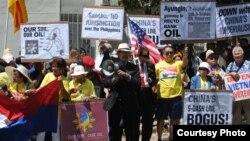 Người Việt ở California cùng với người Philippines xuống đường phản đối Trung Quốc lấn biển, chiếm đảo (ảnh Bùi Văn Phú)
