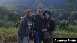 Vicha Annisa dan orang tua di Indonesia (Dok: Vicha Annisa)