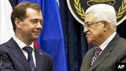 마흐무드 압바스 수반과 악수를 나누는 메드베데프 대통령 (좌)