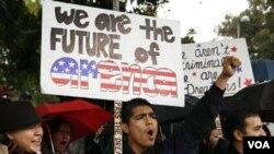 Para aktivis dan anak-anak imigran gelap melakukan unjuk rasa di Los Angeles, California untuk mendukung RUU Dream Act, 18 Desember 2010.