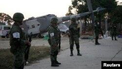میکسیکو کے فوجی حادثے کا شکار ہونے والے ہیلی کاپٹر کے پاس کھڑے ہیں ۔ 17 فروری 2018