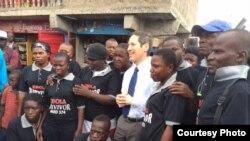 Le directeur de CDC Director Dr. Tom Frieden ppose pour une photo avec des survivants de la maladie à virus Ebola à Magazine Wharf, Sierra Leone.