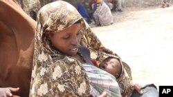 Phụ nữ bồng con chờ nhận lãnh lương thực tại trại tị nạn Badbaado ở Mogadishu, Somalia