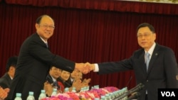 会议召开前两岸代表握手致意 (美国之音张永泰拍摄)