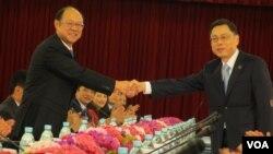 會議召開前兩岸代表握手致意 (美國之音張永泰拍攝)