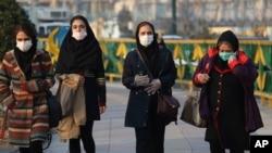 Người đi đường đeo khẩu trang chống Covid-19 ở Tehran, Iran.