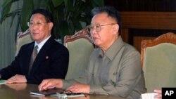 ທ່ານກິມຈົງອີລ ຜູ້ນໍາເກົາຫລີເໜືອ (ຂວາ) ທຳທໍາການໂອ້ລົມສົນທະນາຢ່າງກົງ ໄປກົງມາແລະເລິກເຊິ່ງກັບ ທີ່ປຶກສາຂອງລັດຖະບານຈີນ ທ່ານ Dai Bingguo, ໃນກອງປະຊຸມບັ້ນນຶ່ງທີ່ນະຄອນພຽງຢາງຂອງເກົາຫລີເໜືອ ໃນວັນພະຫັດ, ທີ 9 ທັນວາ, 2010. (AP Photo/Korean Central News