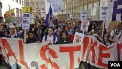 Gerakan anti-Wall Street berdemonstrasi di jalan kota Oakland, California (11/02)