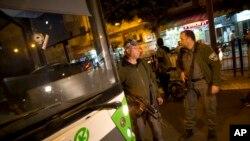 Sebuah lubang akibat hantaman peluru terlihat membekas di badan sebuah bus di Petah Tikva, Israel, 9 Februari 2017. (AP Photo/Oded Balilty).