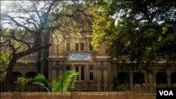 بی وی ایس پارسی اسکول کراچی۔ سن تعمیر تصویر میں نمایاں ہے