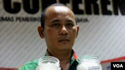 Petani Garam asal Surabaya, Muhammad Nur Aini menunjukkan garam produksinya (Foto: VOA-Petrus Riski).