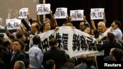 香港民主派議員在會場內大聲抗議,指中央失信。