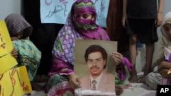Safia Bano, membawa foto suaminya, Imdad Ali (terpidana mati) di Burewala, Pakistan tengah, 18 September 2016 (AP Photo/Asghar Ali).