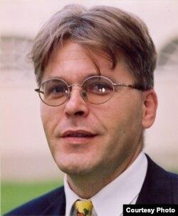 在维也纳的国际法和全球政治学教授阿尼斯•巴伊拉克塔雷维奇(Anis Bajrektarevic)