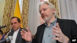 '위키리크스' 설립자 줄리언 어산지가 지난해 8월 영국 런던의 에콰도르 대사관에서 기자회견을 하고 있다. (자료사진)