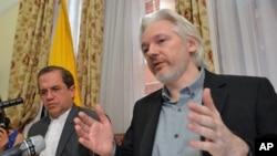 အီေကြေဒါ ႏုိင္ငံျခားေရးဝန္ႀကီး Ricardo Patino (ဝဲ) နဲ႔ ဝီကီလိစ္ တည္ေထာင္သူ Julian Assange တို႔ လန္ဒန္ရွိ အီေကြေဒါသံ႐ံုးမွာ သတင္းစာရွင္းလင္းပဲြ က်င္းပစဥ္။ (၀၈၊ ၁၈၊ ၂၀၁၄)