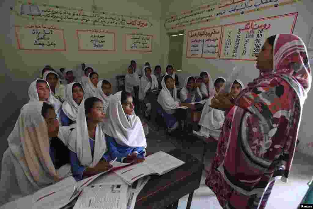 کراچی سے 325 کلومیٹر کے فاصلے پر گوہرام پنہور نامی گاؤں کے ایک اسکول میں طالبات کو تعلیم دی جا رہی ہے۔ پاکستان میں شرح خواندگی 54٫9 فی صد ہے