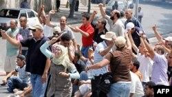 Những người biểu tình hô khẩu hiệu khi họ đụng độ với lực lượng an ninh Tunisia ở quảng trường La Kasbah, 15/7/2011