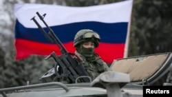 一辆俄罗斯军车上飘着俄罗斯国旗