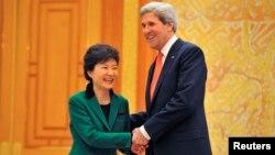 Janubiy Koreya prezidenti Pak Gin Xe, Amerika Davlat kotibi Jon Kerri Seulda uchrashmoqda. 12-aprel, 2013-yil.