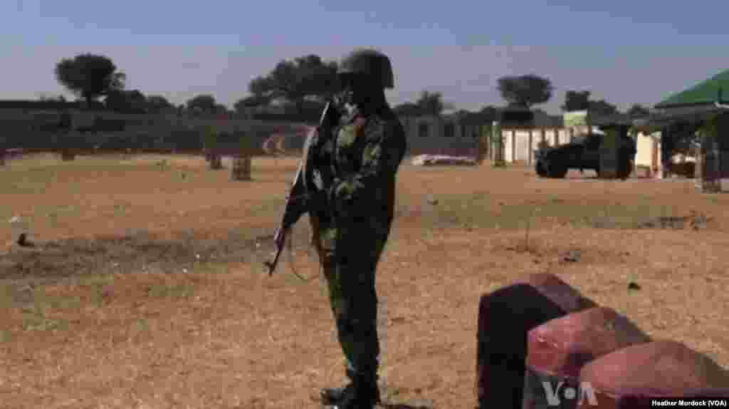 Sojojin tsaro a Maiduguri, Nigeria, Disamba 2013. (Heather Murdock for VOA)