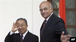 Utusan Khusus Tiongkok urusan Perbatasan, Dal Bingguo (kiri) dan Penasehat Keamanan Nasional India Shivshankar Menon membahas lagi sengketa perbatasan yang telah lama berlangsung dan isu-isu bilateral lainnya (foto: dok).