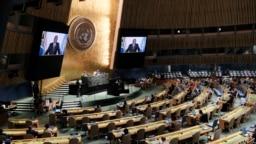 Suasana ruang Sidang Majelis Umum PBB, saat penayangan video rekaman pesan Presiden Afrika Selatan Cyril Ramaphosa ditayangkan, 23 September 2021. (Spencer Platt/Pool Photo via AP)
