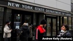 ARHIVA - Građani čekaju pred zgradom Sekretarijata za rad u državi New York (Foto: Reuters/Andrew Kelly)