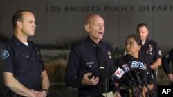 El comandante de la policía de Los Angeles, Andrew Smith expresó sus condolencias por la muerte de uno de los agentes durante el tiroteo.
