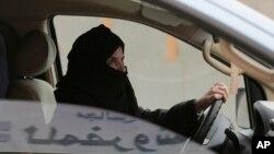 Aziza Yousef conduit sur l'autoroute, Riyad, le 29 mars 2014