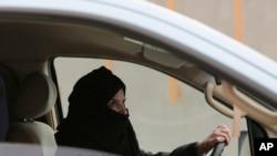 Aziza Yousef conduit sur une autoroute à Riyadh, en Arabie Saoudite le 29 mars 2014.