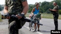 乌克兰东部亲俄罗斯分离分子武装人员检查行人