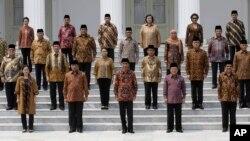 Tổng thống Indonesia Joko Widodo (hàng đầu, giữa) cùng với các bộ trưởng trong nội các mới sau lễ tuyên thệ nhậm chức tại dinh Tổng thống ở Jakarta, Indonesia, ngày 27/10/2014.
