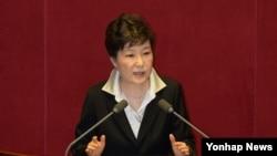 ប្រធានាធិបតីកូរ៉េខាងត្បូងអ្នកស្រី Park Geun-hye ថ្លែងសុន្ទរកថានៅរដ្ឋសភាក្នុងទីក្រុងសេអ៊ូល ប្រទេសកូរ៉េខាងត្បូង កាលពីថ្ងៃចន្ទ ទី២៤ តុលា ឆ្នាំ២០១៦។