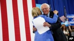 Berni Sanders i Hilari Klinton na skupu u Nju Hempširu