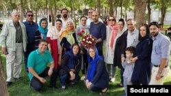 نوید خانجانی (پیراهن سرمهای در وسط) با دوستان و خانواده بعد از آزادی.