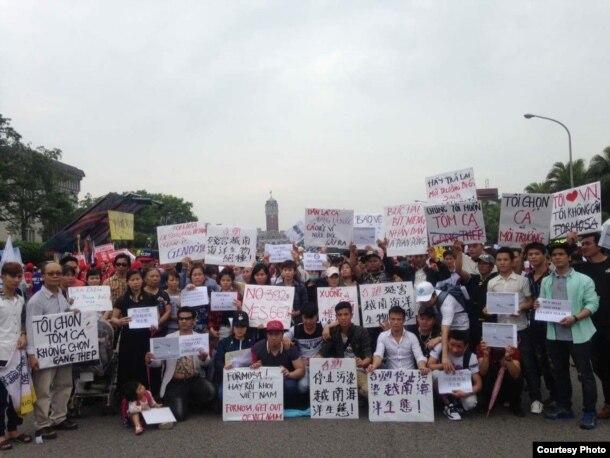 Công nhân Việt ở Đài Loan cầm biểu ngữ xuống đường biểu tình.