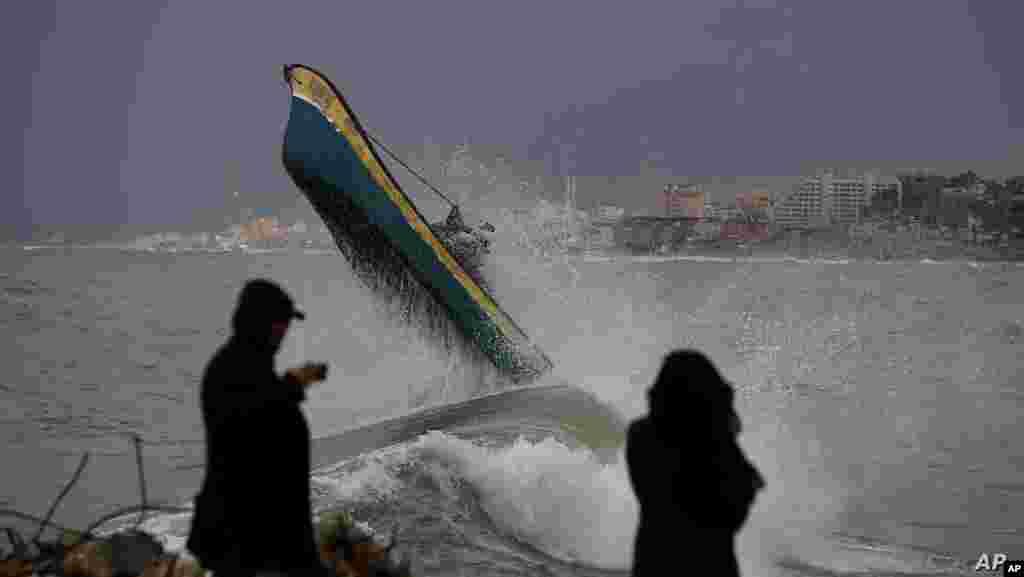 팔레스타인 가자시티 해안에서 거대한 파도가 배를 밀어올리고 있다.