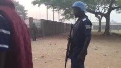 Fouilles à Bangui avant l'entrée dans les bureaux de vote