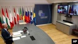 Chủ tịch Hội đồng Châu Âu Charles Michel, trái, thảo luận với Thủ tướng Trung Quốc Lý Khắc Cường, trên màn ảnh, trong hội nghị thượng đỉnh EU-Trung Quốc bằng video tại Hội đồng Châu Âu ở Brussels, ngày 22/6/2020