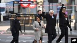 នាយករដ្ឋមន្ត្រីអង់គ្លេស Boris Johnson និងរដ្ឋមន្ត្រីក្រសួងសន្តិសុខជាតិ Priti Patel ទស្សនាកន្លេងវាយប្រហារនៅលើស្ពាន London Bridge ក្នុងទីក្រុងឡុងដ៍ កាលពីថ្ងៃទី៣០ វិច្ឆិកា ២០១៩។